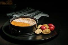 Torta di formaggio casalinga del cioccolato in piccola pentola dello springform sulla banda nera con i dadi sulla tavola Immagine Stock Libera da Diritti