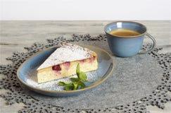 Torta di formaggio casalinga della ciliegia fotografia stock libera da diritti