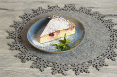 Torta di formaggio casalinga della ciliegia fotografie stock