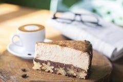 Torta di formaggio di Churros e caffè di macchiato con il fondo di vetro e del libro immagine stock libera da diritti