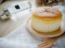 Torta di formaggio con articolo da cucina di legno Immagine Stock