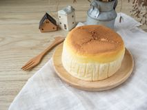 Torta di formaggio con articolo da cucina di legno Fotografia Stock Libera da Diritti