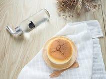 Torta di formaggio con articolo da cucina di legno Fotografie Stock