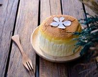 Torta di formaggio con articolo da cucina di legno immagini stock libere da diritti