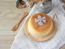 Torta di formaggio con articolo da cucina di legno fotografia stock