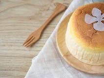 Torta di formaggio con articolo da cucina di legno Immagini Stock