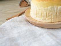 Torta di formaggio con articolo da cucina di legno immagine stock libera da diritti