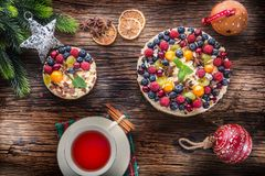 Torta di formaggio con i lamponi delle fragole delle bacche della frutta fresca e Immagini Stock Libere da Diritti