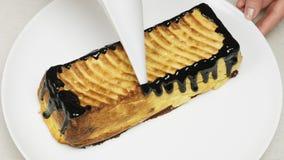 Torta di formaggio con la guarnizione del cioccolato video d archivio