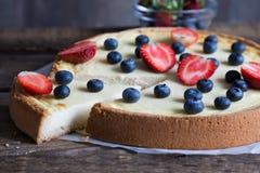 Torta di formaggio con le bacche fresche Fotografia Stock Libera da Diritti