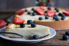 Torta di formaggio con le bacche fresche Immagine Stock