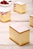 Torta di formaggio con le ciliege su fondo di legno bianco Fotografia Stock