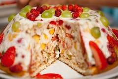 Torta di formaggio con le fragole e l'uva Fotografia Stock Libera da Diritti