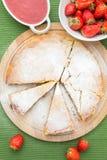Torta di formaggio con le fragole e la salsa Fotografia Stock