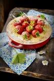 Torta di formaggio con le fragole in una ciotola Fotografie Stock Libere da Diritti
