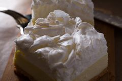 Torta di formaggio con una guarnizione della meringa Immagini Stock