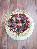Torta di formaggio crema di nozze con le bacche Fotografie Stock