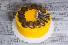 Torta di formaggio crema gialla con i biscotti e il marmelade del cioccolato Fotografia Stock