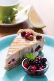Torta di formaggio cruda del vegano con le bacche ed il limone Fotografie Stock Libere da Diritti