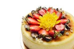 Torta di formaggio decorata con le fragole, fragole Fotografie Stock