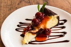 Torta di formaggio del brownie del cioccolato con la frutta della ciliegia Immagine Stock Libera da Diritti