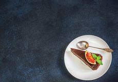 Torta di formaggio del cioccolato con il fico sul fondo blu dell'ardesia Fotografie Stock