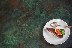 Torta di formaggio del cioccolato con il fico sul fondo verde dell'ardesia Immagini Stock