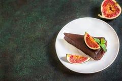 Torta di formaggio del cioccolato con il fico sul fondo verde dell'ardesia Fotografie Stock Libere da Diritti
