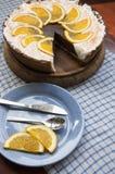 Torta di formaggio del cioccolato su un bordo di legno. Vicino al piatto blu. Immagine Stock Libera da Diritti