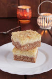 Torta di formaggio del cottage del cioccolato con le briciole, candele Fotografia Stock Libera da Diritti