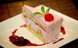 Torta di formaggio del dolce della ciliegia con la bacca della ciliegia sulla cima Fotografia Stock