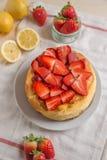 Torta di formaggio del limone con le fragole fresche immagini stock libere da diritti