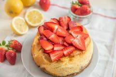 Torta di formaggio del limone con le fragole fresche immagine stock