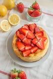 Torta di formaggio del limone con le fragole fresche fotografie stock