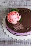 Torta di formaggio del mirtillo del cioccolato con la peonia e il isomalt del cioccolato Fotografia Stock