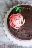 Torta di formaggio del mirtillo del cioccolato con la peonia e il isomalt del cioccolato Fotografie Stock Libere da Diritti