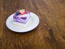 Torta di formaggio del yogurt delle bacche su un piatto Fotografia Stock Libera da Diritti
