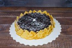 Torta di formaggio deliziosa con le more e il merengue Fotografia Stock