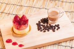Torta di formaggio della fragola su legno Fotografia Stock