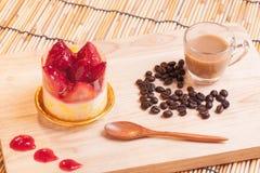 Torta di formaggio della fragola su legno Fotografie Stock Libere da Diritti