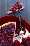 Torta di formaggio della vaniglia del mirtillo rosso con il cucchiaino Fotografia Stock