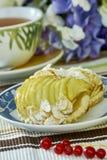 Torta di formaggio di Apple con la tazza della natura morta dolce del dessert del tè Fotografia Stock Libera da Diritti