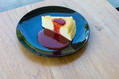 Torta di formaggio di New York sulla banda nera Fotografia Stock