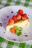 Torta di formaggio e gelato sul piatto con la guarnizione della frutta. immagini stock