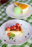 Torta di formaggio e gelato sul piatto con la guarnizione della frutta. immagine stock