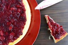 Torta di formaggio, fetta e coltello della vaniglia del mirtillo rosso Fotografie Stock