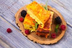 Torta di formaggio, guarnita con le bacche, la menta e la pesca Casseruola dolce della ricotta del formaggio dell'agricoltore Immagine Stock Libera da Diritti