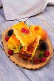 Torta di formaggio, guarnita con le bacche, la menta e la pesca Casseruola dolce della ricotta del formaggio dell'agricoltore Immagine Stock