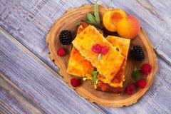 Torta di formaggio, guarnita con le bacche, la menta e la pesca Casseruola dolce della ricotta del formaggio dell'agricoltore Fotografie Stock