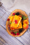 Torta di formaggio, guarnita con le bacche, la menta e la pesca Casseruola dolce della ricotta del formaggio dell'agricoltore Fotografia Stock